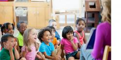 Niños con una profesora en una biblioteca
